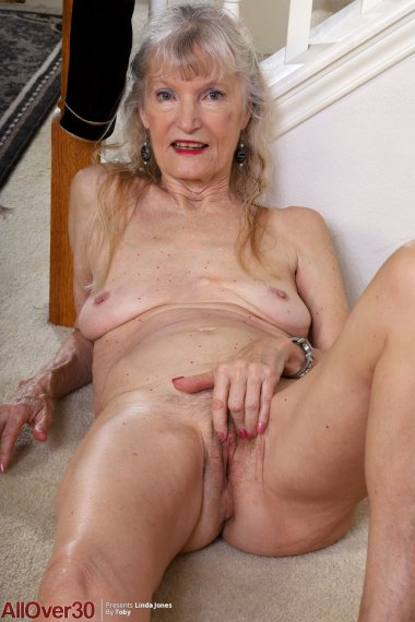 Sexy granny Linda Jones shows off her unshaved pussy