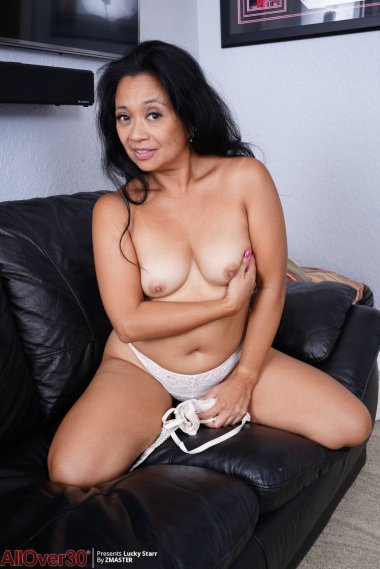 Latin mature housewife Lucky Starr playing with herself
