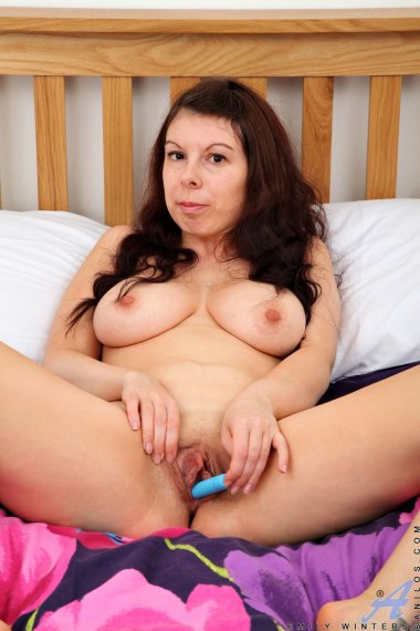 Brunette mature housewife Emily Winters playing with herself