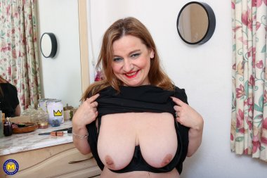 Curvy mature slut getting wet at home