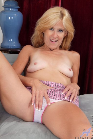 Blonde mature housewife shows off her shaved pussy