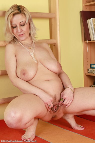 Blonde and busty housewife Brenda works out her mature pussy